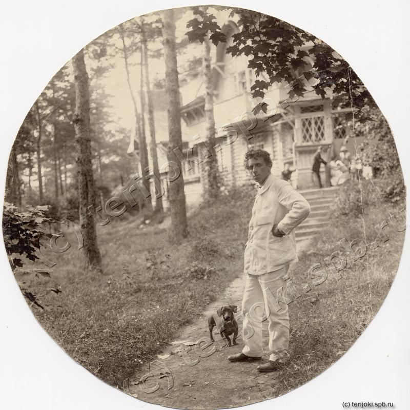 В. Э. Мейерхольд перед виллой «Лепони» со своей таксой. Териоки, 1912 год
