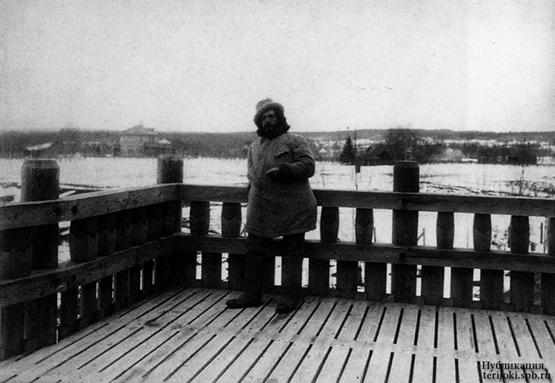 Л.Н. Андреев на балконе второго этажа своего дома. Ваммельсуу. 1910 г. Фотография Д.С. Здобнова.