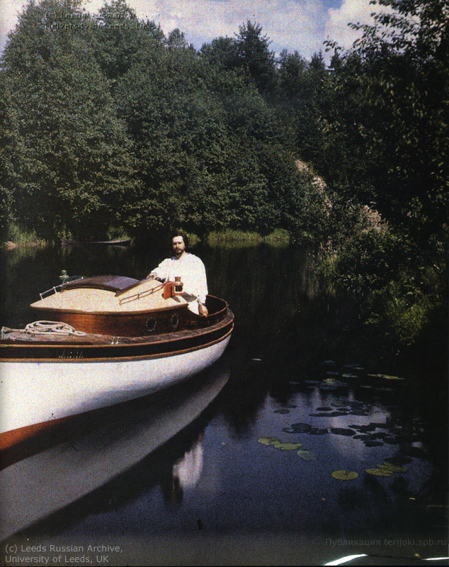 Леонид Андреев на моторной лодке