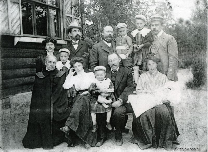 Семейная фотография, сделанная на даче в Келломяки