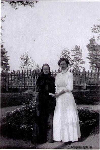 """Евдокия Арсеньевна Забелина (инокиня Серафима) с сестрой Ольгой Арсеньевной в саду забелинской дачи """"Отрада"""""""