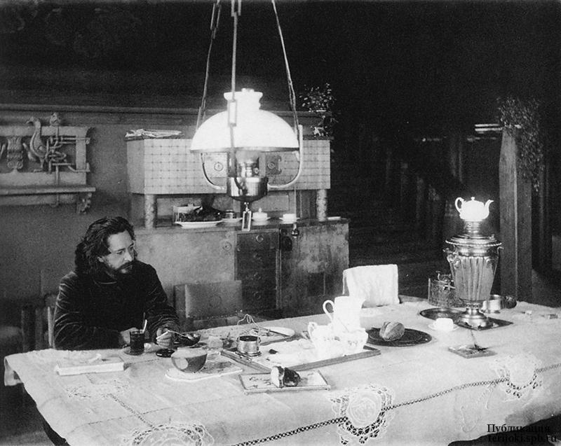 Л.Н. Андреев в столовой своего дома. Ваммельсуу. 1910 г. Фотография Д.С. Здобнова.