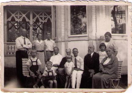 Фотография семьи Сандиных на даче в Келломяках, 1939 г.