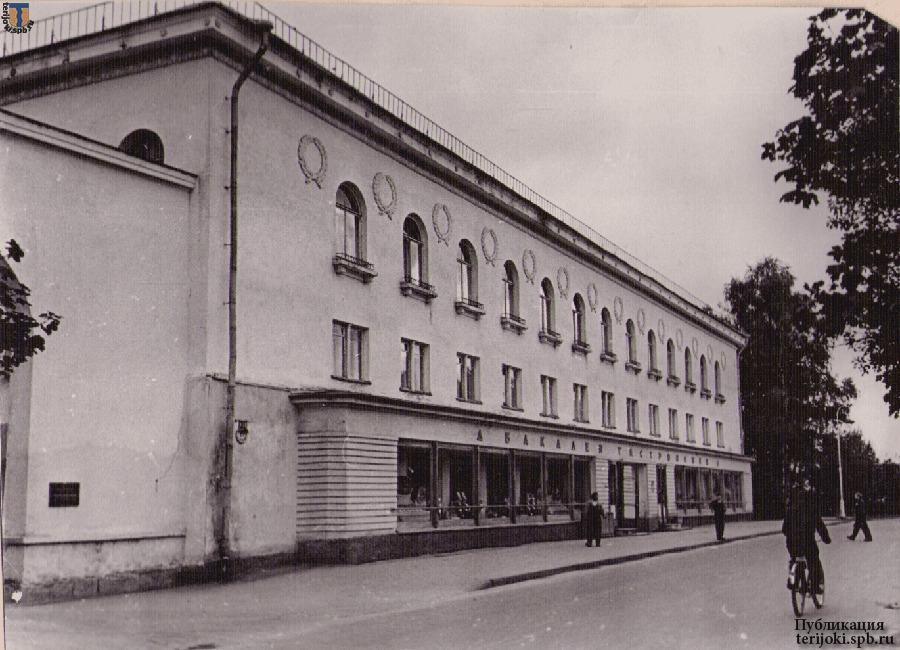 Гастроном на пр. Ленина, 1956-1960 гг. Фотография из семейного архива Дмитрия Бараусова