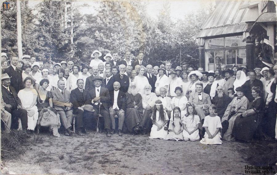 «Пенаты», 20 июля 1924 г. 80-летие И. Е. Репина. Крайняя слева - Анастасия Шихина, вторая слева дочь М. Д. Шихина Антонина. Фото из архива семьи М. Д. Шихина