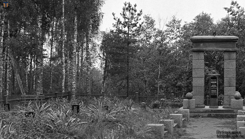 Слева от центральной дорожки первоначально имелись памятные доски с фамилиями погибших красноармейцев. Фрагмент  снимка с сайта sa-kuva.fi,  13.09.1941 г.