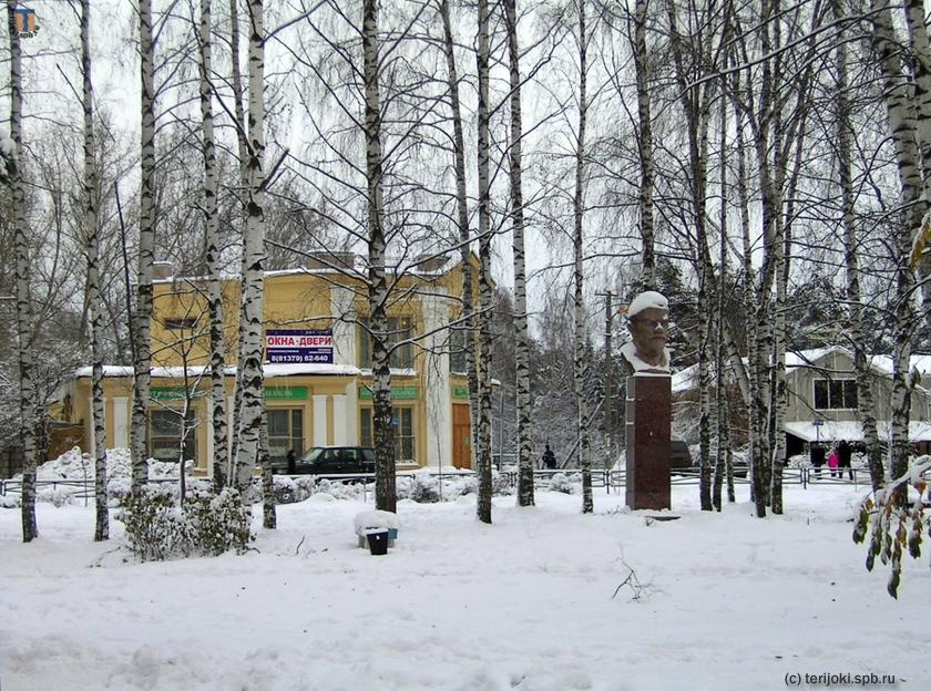 Памятник  В.И.Ленину, установленный на месте бывшего монумента в честь сражения 1656 г. Вид до урагана 2010 г. Фото В.Патрунова, 06.11.2006 г.
